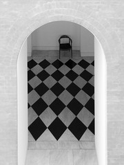 En attendant (cactus2016) Tags: danemark glypotekcopenhague géométrie minimaliste noiretblanc blackandwhite geometry minimalism emptychairs outofthephone lgg6