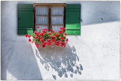 ... (miriam ulivi) Tags: miriamulivi nikond7200 germania baviera deutschland bayern germany bavaria casa house finestra window fiori flowers ombra shadow geranirossi redgeraniums mittenwald