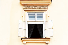 the vanished lady (Rosmarie Voegtli) Tags: window fenster curtain vorhang traditional architecture open facade vienna wien