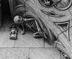 Cienfuegos 41, Santiago de Chile (Mario Rivera Cayupi) Tags: arte arquitectura piedra blanconegro muerte esqueleto art architecture stone blackwhite death skeleton santiago chile planart1450 canon80d carlzeiss 50mm14 building patrimonio heritage