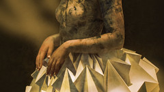 Solo papel (Renate Bomm) Tags: hss sliderssunday arte bemaltehaut canoneos6d ef100mmf28lusm faltkunst haut kunstwerk mädchen origami papel papier papierkleidung renatebomm rock tatoo textur texture