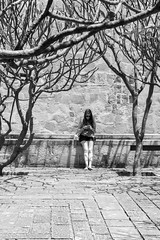 Entre ramas te busco (Marcos Núñez Núñez) Tags: ramas trees árboles muchacha woman streetphotography streetphotographer blackandwhite blancoynegro santodomingo celular canoneosrebelt5 bw oaxaca mexico