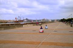 Compétition (JDAMI) Tags: course jeu auto enfants esplanade parking barredeladour port grues cargos littoral aquitaine pyrénéesatlantiques 64 anglet bayonne mer adour