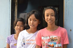 pretty teenagers (the foreign photographer - ฝรั่งถ่) Tags: three pretty teenager girls doorway khlong thanon portraits bangkhen bangkok thailand nikon d3200