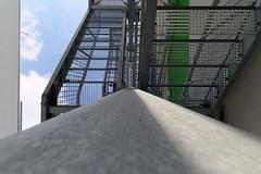 Treppe von unten (Pascal Volk) Tags: berlin adlershof wista wissenschaftsundwirtschaftsstandortadlershof treppe staircase stairs escalera berlintreptowköpenick wideangle weitwinkel granangular superwideangle superweitwinkel ultrawideangle ultraweitwinkel ww wa sww swa uww uwa herbst fall autumn otoño canoneos6d canonef1635mmf4lisusm 16mm dxophotolab scienceandtechnologypark
