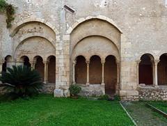 Un particolare del chiostro dell'Abbazia di Valvisciolo (giorgiorodano46) Tags: ottobre2013 october 2013 valvisciolo lazio latina norma italy abbey monastero abbazia abbadia chiostro kloster cloister giorgiorodano