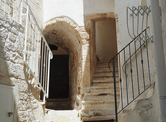 Tanti gradini - A lot of steps (Ola55) Tags: ola55 italy puglia ostuni lacittàbianca bianco muro wall white scale gradini steps stairs porta arco door arch