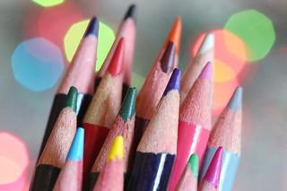 Crayons de couleur sur fond pastel