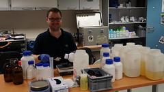 Paul Zabel beim Vorbereiten der Nährstofflösung in der Neumayer III Station