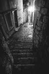 Dubrovnik, Croatia (pas le matin) Tags: street alley ruelle rue wall mur stairs escalier travel voyage world city night nuit ville cityscape nb bw noiretblanc blackandwhite monochrome croatia croatie hrvatska europe europa canon 7d canon7d canoneos7d eos7d dubrovnik