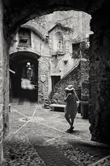 (Val'Art Photography) Tags: dolceaqua monochrome noiretblanc blackandwhite street streetphotography humain ruelle