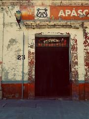 S.M. de A. - entrada No. veinti3 (Star Tornero Photo) Tags: entrance entrada sanmigueldeayende mexico servicio bulldog sidewalk wall cement