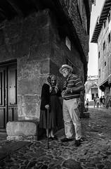 DIÁLOGOS (oskarRLS) Tags: talking monochrome monocromo street blackwhite blancoynegro
