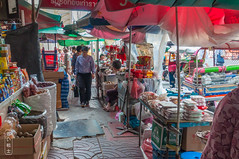 Constriction #0068 (svenpetersen1965) Tags: bangkok krungthepmahanakhon thailand th market yaowarat narrow path