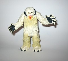 wampa from wampa and luke skywalker hoth star wars the last jedi red and white card creature and basic action figure force link 2017 hasbro c (tjparkside) Tags: wampa from luke skywalker hoth star wars last jedi red white card creature basic action figure force link 2017 hasbro 2018 figures snow ice planet episode v five 5 tesb esb empire strikes back cave 20 green razor sharp fangs claws fur tauntaun taun tauns lightsaber blaster pistol holster headgear jacket