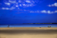 Sombra en la arena - Shadow on the sand (ricardocarmonafdez) Tags: sanlúcardebarrameda cádiz andalucía playa beach cielo sky nubes clouds azul blue arena sand lights shadows sunlight orilla shore shoreline seascape mar sea nikon d850 24120f4gvr people minimalist