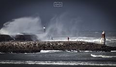 Justo en el medio/ Right in the middle (Jose Antonio. 62) Tags: spain españa cantabria sanvicentedelabarquera waves olas storm tormenta gale galerna