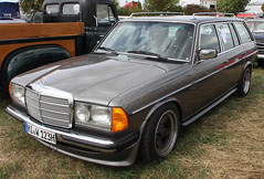 W123 Wagon (Schwanzus_Longus) Tags: technorama hildesheim german germany old classic vintage car vehicle station wagon estate break kombi combi mercedes benz w123 230te