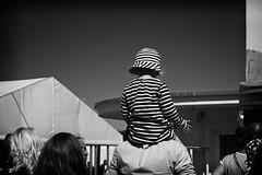 OKSF 202 (Oliver Klas) Tags: okfotografien oliver klas street streetfotografie streetphotography strassenfotografie streetart streetphotographer streetphoto stadtleben streetlife streetculture urban schwarzweis schwarzweissfotografie blackandwhite monochrom farblos abstrakt dunkel hell grau schwarz weiss black white sw schwarzweiss personen people menschen persons volk familie angehörige bewohner bevölkerung leute europäer mann frau gesellschaft menschheit mensch völker deutschland germany stadt city kinder children kids klein jugendlich jugendliche kleinkind kind kleinkinder baby babys heranwachsende jung junge mädchen teen jugend de