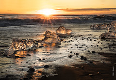 Diamond beach - Iceland (Mary Bassani) Tags: diamondbeach beach sunrise alba amanecer sun sea islanda islandia iceland icecube paisaje landscape canonphotographer travels