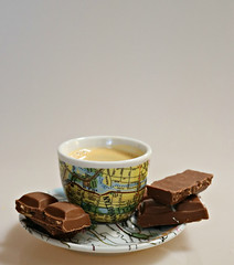 2018 Sydney: Coffee + Biscuit (dominotic) Tags: 2018 food drink coffee chocolate confectionery cadburychocolatewithkettlechips yellow yᑌᗰᗰy coffeeobsession illyartcollection1998worldcup5manhattan coffeecupandsaucer sydney australia