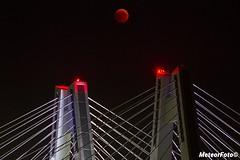 2018.09.03 Zaćmienie Księżyca po krakowsku (Meteor Foto) Tags: meteor meteorfoto krakowskiponiedziałek kraków krakow cracow księżyc ksiezyc moon zaćmienieksiężyca zacmienieksiezyca eclipse noc night most bridge światła nocneświatła lights nightslights wisła rzeka river eclipse2018 satelita niebo sky bloodmoon bloodmooneclipse lunareclipse