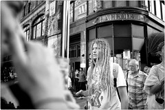 Love is in The Hair (Steve Lundqvist) Tags: portrait persone ritratto street road crossroad streetphotography strada sidewalk english london londra inghilterra england uk britain british mood people atmosphere shooting leica q rasta hairstyle hair