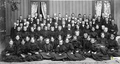 tm_5431 - Tidaholm, Västergötland (Tidaholms Museum) Tags: svartvit positiv gruppfoto människor konfirmation prost