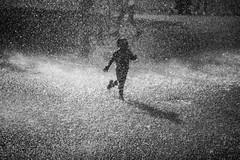 Fun in the fountain (Black&Light Streetphotographie) Tags: monochrome mono menschen menschenbilder leute people personen portrait peoples urban wow dof depthoffield fullframe vollformat blackandwhite bw blackwhite bokeh bokehlicious blur water waterdrops wasser wassertropfen fountain sony streetshots streets streetshooting schwarzweis streetportrait street sw streetphotographie sonya7rii