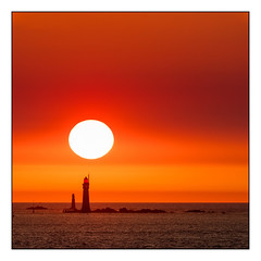 Coucher de soleil au-dessus du phare du Grand Jardin (Laetitia.p_lyon) Tags: fujifilmxt2 saintmalo bretagne brittany breizh sunset coucherdesoleil soleil sun mer sea manche phare grandjardin lighthouse laetitiaplyon