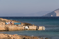 Waiting for the boat (Adrià Páez) Tags: waiting for boat pano koufonisi koufonisia cyclades island greece ellada europe mediterranean sea aegean people couple sitting bench coast canon eos 7d mark ii sky