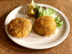 Vegan Fish Cakes at Sutton And Sons, Stoke Newington (John D McDonald) Tags: iphone iphone7plus appleiphone appleiphone7plus london suttonandsons suttonandsonsfishandchips suttonsons suttonsonsfishchips fishandchips fishchips chips veganfish veganfishandchips veganfishchips bananablossom veganfishcakes golden deepfried stokenewington stokey geotagged food