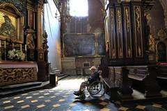 woman praying (bob_52) Tags: krakow polonia città