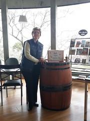 11/09/18 - Visita a Bento Gonçalves: no Centro de Atendimento ao Turista (CAT) ao lado de uma pipa de vinho.