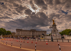 Clouds Over Buck House (trevorhicks) Tags: london england unitedkingdom gb naked buckingham palace road traffic cone statue street light car outdoor clouds trees canon 5d mark iv sigma