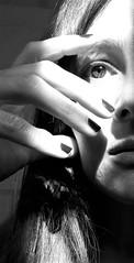 Mitad (Universos en mi cabeza) Tags: autoretrato invierno mirada iluminarse luz sombra blancoynegro selfportrait myself light look blackandwhite winter