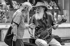 Musicien de rue (Mirarmor) Tags: chapeau noir blanc monochrome rue portrait scène de personnes