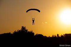 Paraglider in the sunset (dudi_dudewitz) Tags: sonnenuntergang fallschirm paraglider baum wald himmel gras personen montgolfiade warstein