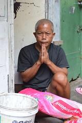polite man (the foreign photographer - ฝรั่งถ่) Tags: polite man paying respect khlong thanon portraits bangkhen bangkok thailand nikon d3200