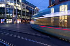 Biegt 'ne Tram rechts ab / A tramcar that turns right (Pascal Volk) Tags: berlin mitte hackeschermarkt hackeschehöfe spandauervorstadt berlinmitte strasenbahn tram flexityberlin motionblur bewegungsunschärfe desenfoquedemovimiento bvg vbb berlinerverkehrsbetriebe blauestunde dämmerung zwielicht bluehour horaazul lheurebleue twilight dusk wideangle weitwinkel granangular superwideangle superweitwinkel ultrawideangle ultraweitwinkel ww wa sww swa uww uwa herbst fall autumn otoño canonpowershotg1xmarkiii 15mm joby gorillapodslrzoom ballheadslrzoom dxophotolab