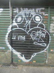 la vitta (en-ri) Tags: hm cuore heart nero bianco love smile arrow torino wall muro graffiti writing serranda faccina