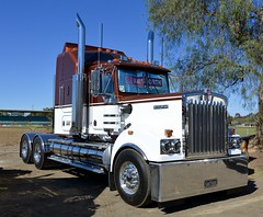 Kenworth T900 (quarterdeck888) Tags: trucks photos truckphotos australiantrucks outbacktrucks workingtrucks primemover class8 overtheroad interstate frosty quarterdeck jerilderietrucks jerilderietruckphotos flickr bdoubles lorry bigrig highwaytrucks interstatetrucks nikon truck kenworth kenworthclassic kk kenworthclassic2018 truckshow truckdisplay workingclasstrucks noprizes 900 classic kenwortht900