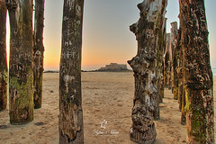 The National Castle in Saint Malo (Sylvie Nenan) Tags: bretagne brittany castle chateau sunset france pays post poteaux