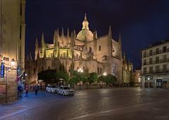 catedral-segovia-at-night-copia (invesado) Tags: catedral noche segovia nocturna farolas calle taxis taxi nikon d750 20mm 18