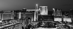 Vegas 2017-262 (Agirard) Tags: night vegas bw nb street light buildings contacte 25mm 2825mm zeiss distagon sony a7ii vintage lens olé wheel