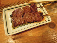 Grilled steak on skewers (kevincrumbs) Tags: tokyo 東京 taito 台東 taitoku 台東区 ueno 上野 daitouryou 大統領 もつ焼き大統領 food japanesefood steak