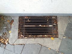 Kellerfenster einer Tanzschule (QQ Vespa) Tags: kellerfenster kellerschacht fenstergitter gitterrost rust rost urban rusty rostig