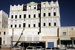Shibam - 'Modern building' (motohakone) Tags: jemen yemen arabia arabien dia slide digitalisiert digitized 1992 westasien westernasia ٱلْيَمَن alyaman kodachrome paperframe