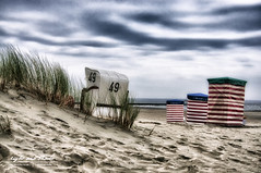 Morgens am Strand (Light and shade by Monika) Tags: beach borkum northsee clouds weather landscape nordsee strand wetter wolken landschaft strandkorb dünen