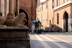 Cremona center square (oriana.italy) Tags: cremona lombardia img0012 centrostorico historicalcenter romancity architecture streetshot orianaitaly lionsinveronamarble newspaperkiosk cafétables